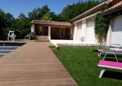 terrasse bois et gazon synthétique piscine